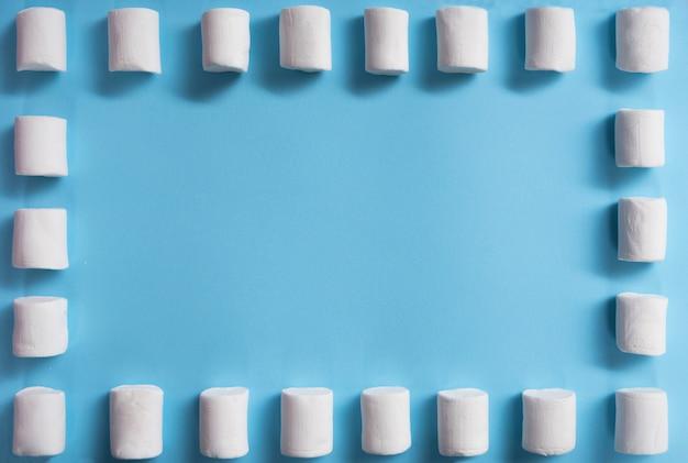 Widok z góry zdjęcia wielu białych cukierków marshmallows