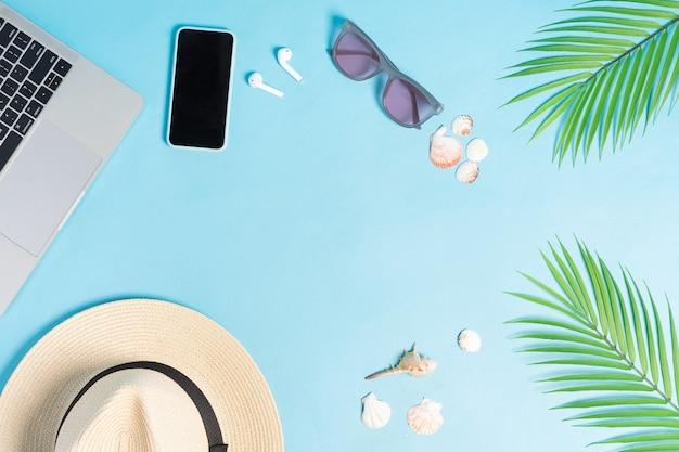 Widok z góry zdjęcie akcesoriów plażowych na niebieskim tle