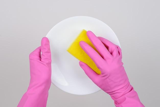 Widok z góry zdjęcie rąk w gumowych rękawiczkach płytka czyszcząca z żółtą gąbką