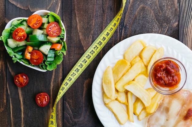 Widok z góry zdrowa żywność vs niezdrowa żywność