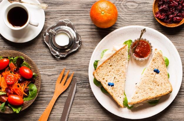Widok z góry zdrowe tosty kanapki z sałatą