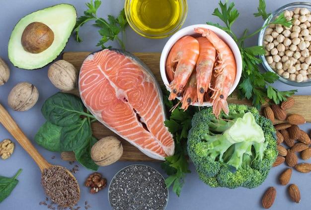 Widok z góry zdrowej i zdrowej żywności na szarym tle. zbliżenie. pokarm bogaty w kwasy tłuszczowe.