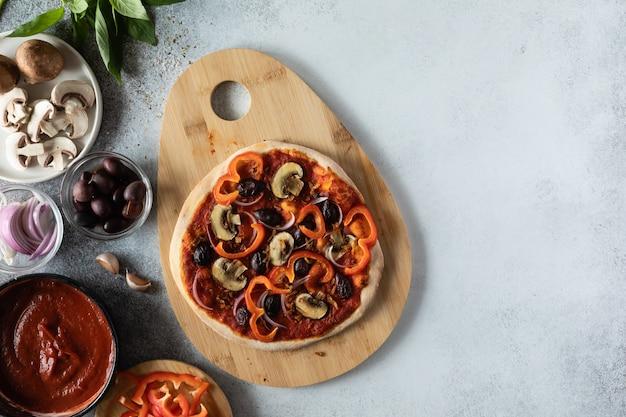 Widok z góry zdrowej wegańskiej pizzy z warzywami i grzybami