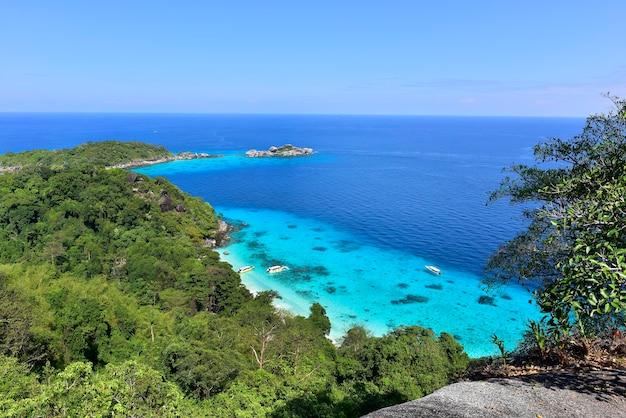 Widok z góry ze szczytu wzgórza na wyspie koh miang nr 4 w parku narodowym mu ko similan, phang nga, tajlandia