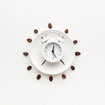 Widok z góry zegar na talerzu