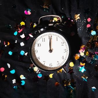 Widok z góry zegar z kolorowymi konfetti