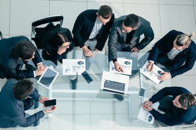 Widok z góry. zespół biznesowy omawiający dane finansowe. pomysł na biznes.
