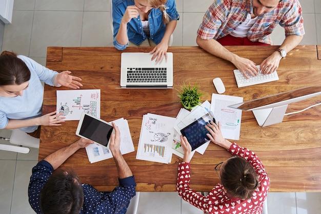 Widok z góry zespół współpracowników pracujących w biurze