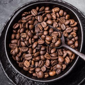 Widok z góry ziarna kawy z łyżeczką
