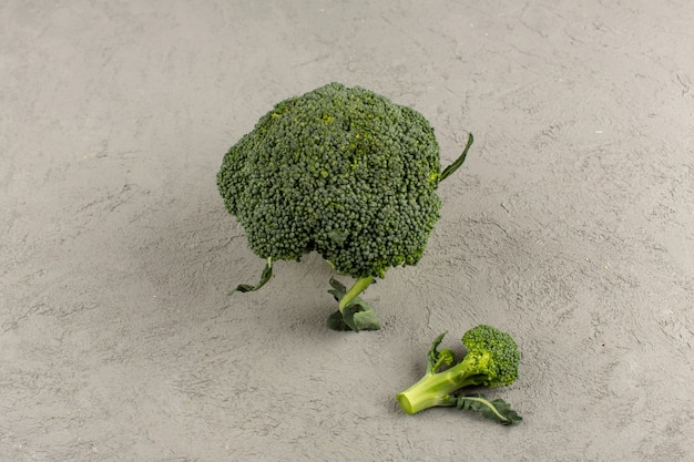 Widok z góry zielone brokuły świeże dojrzałe na białym tle na szarym tle