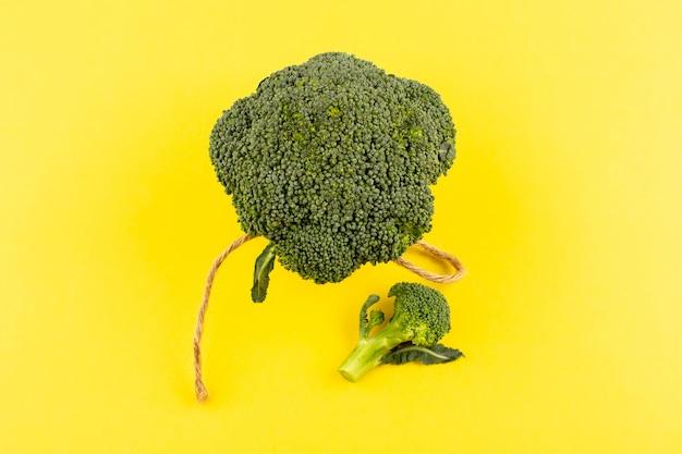 Widok z góry zielone brokuły świeże dojrzałe na białym tle na żółtej podłodze
