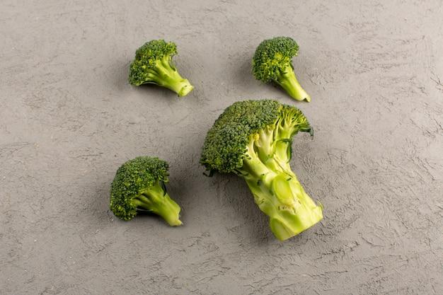 Widok z góry zielone brokuły świeże dojrzałe na szarym tle
