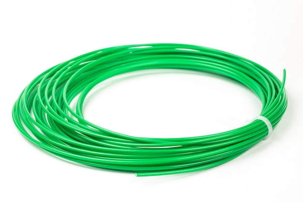 Widok z góry zielonego walcowanego tworzywa sztucznego do druku 3d na białym tle.