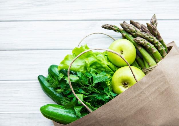 Widok z góry zielonych warzyw w torbie na zakupy