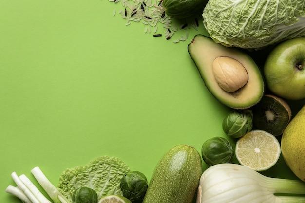 Widok z góry zielonych warzyw z miejsca na kopię