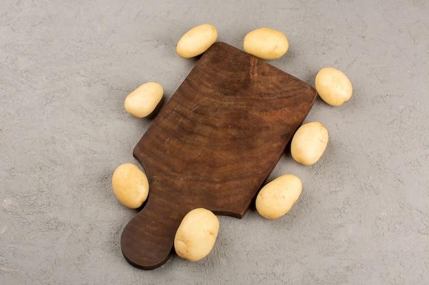 Widok z góry ziemniaki w całości na szarym tle