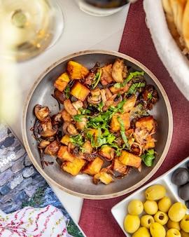 Widok z góry ziemniaków z grzybami zielonych oliwek cebulowych