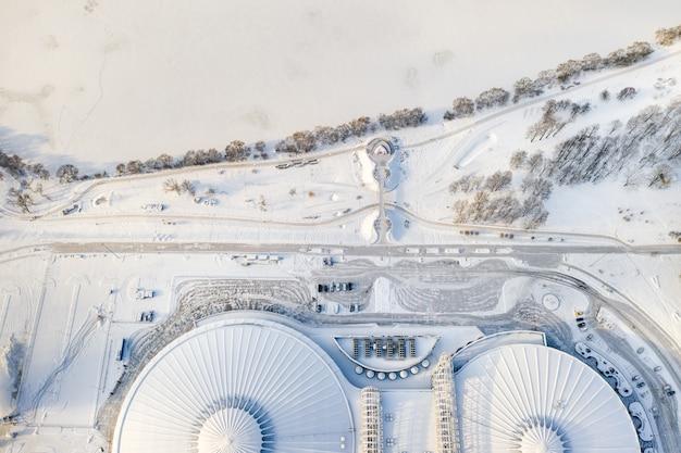 Widok z góry zimą na nowoczesny kompleks sportowy z parkingiem w mińsku na białorusi