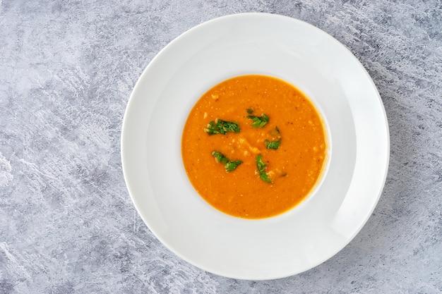 Widok z góry zima pikantna zupa z soczewicy w białym talerzu