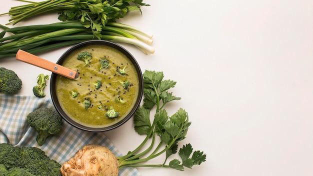 Widok z góry zimowej zupy brokułowej w misce z selerem i miejsce na kopię