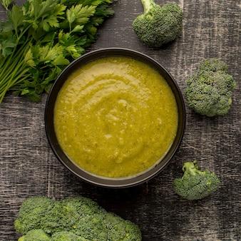 Widok z góry zimowej zupy brokułowej