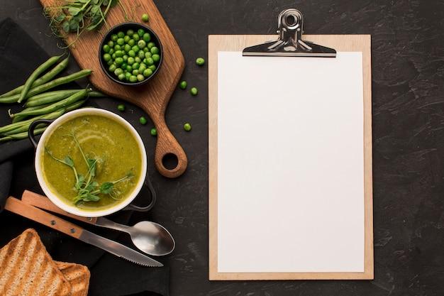 Widok z góry zimowej zupy grochowej w misce z notatnikiem