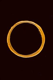 Widok z góry złoty stopiony okrąg na czarnym tle