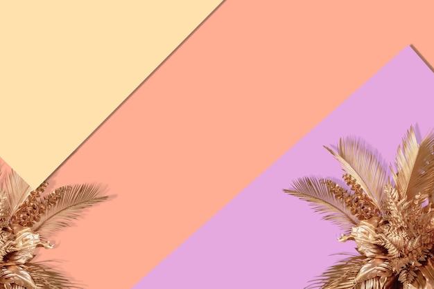 Widok z góry złotych tropikalnych liści i cienia na pastelowym brązowym kolorze tła płaskie ułożenie minimal