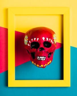 Widok z góry żółta ramka z czerwoną czaszką