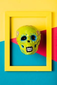 Widok z góry żółta ramka z żółtą czaszką