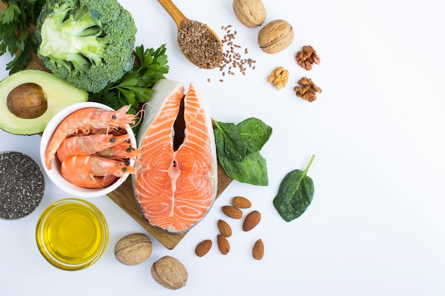 Widok z góry źródeł żywności omega-3 na białym tle. skopiuj miejsce. pokarm bogaty w kwasy tłuszczowe.