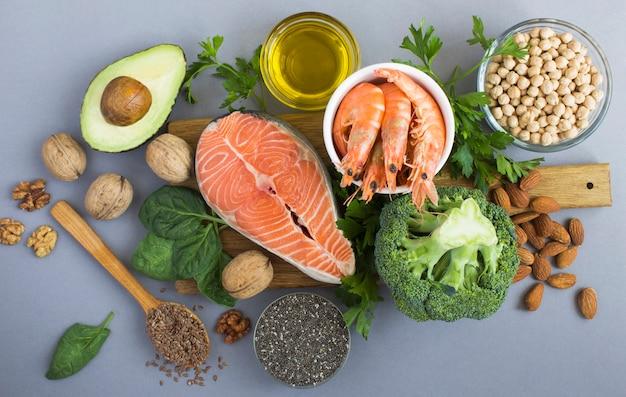 Widok z góry źródeł żywności omega 3 na szarym tle. zbliżenie. pokarm bogaty w kwasy tłuszczowe.