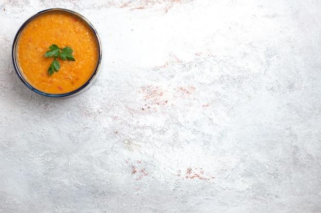 Widok z góry zupa fasolowa zwana merci wewnątrz małego talerza na białym tle mączka zupa jedzenie warzywo fasola