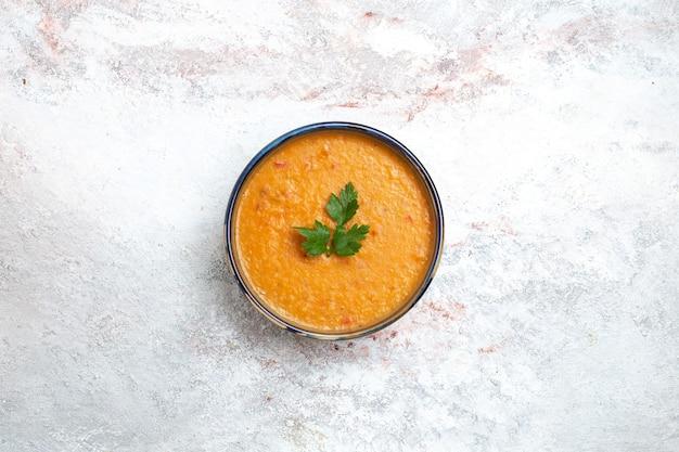 Widok z góry zupa fasolowa zwana merci wewnątrz płyty na białej powierzchni zupa posiłek jedzenie fasola warzywna