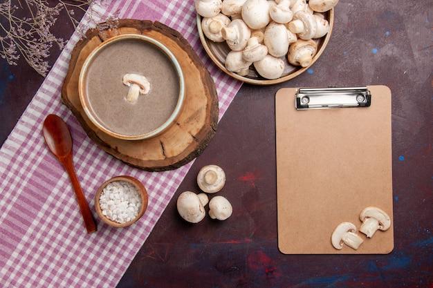 Widok z góry zupa grzybowa ze świeżymi grzybami na ciemnym miejscu