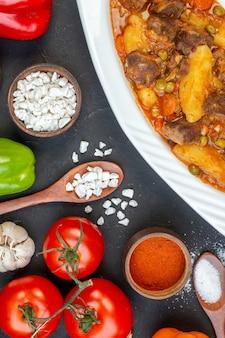 Widok z góry zupa mięsna z soli morskiej garniture w drewnianej łyżce świeże warzywa na czarno