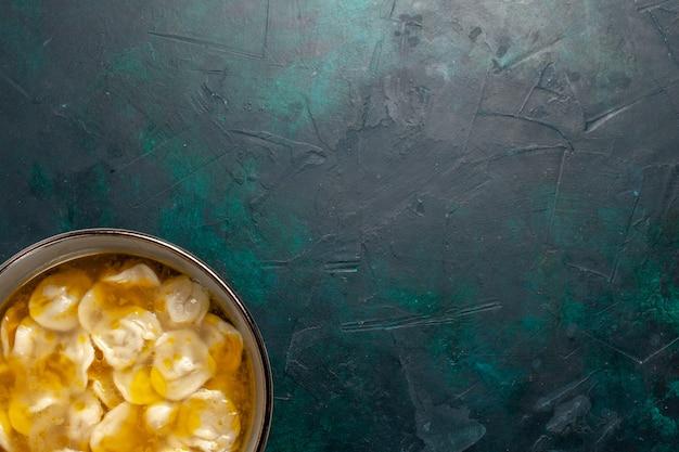 Widok z góry zupa z ciasta z mięsem mielonym wewnątrz ciasta na ciemnoniebieskim biurku składniki zupa jedzenie posiłek ciasto danie sos obiadowy