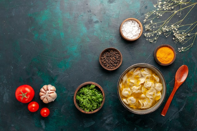 Widok z góry zupa z ciasta z różnymi przyprawami i zieleniną na ciemnoniebieskim tle składnik zupa jedzenie posiłek ciasto obiad sos