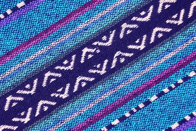 Widok z góry żywych niebieskich i fioletowych tonów ukośny wzór tkaniny tajskiej północnego regionu