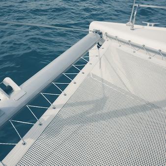 Widok z jachtu ruchu na morzu - vintage efekt stylu zdjęcia.