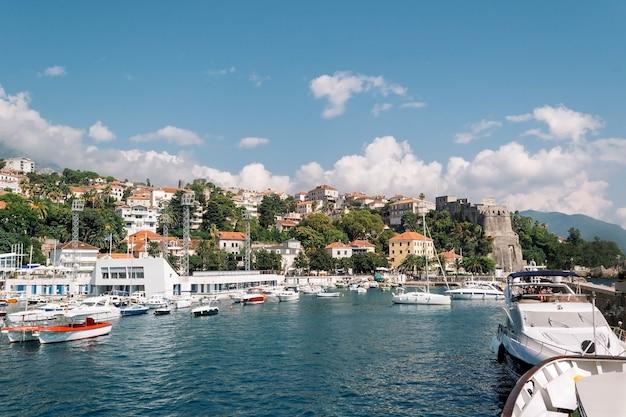 Widok z jachtu w porcie na herceg novi jachty i łodzie zacumowane są w morzu w głębi...