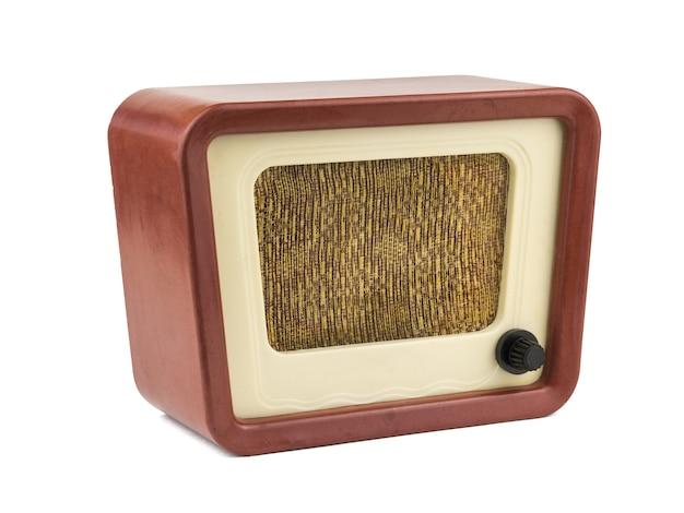 Widok z lewej strony starego radia na białym tle na białej powierzchni
