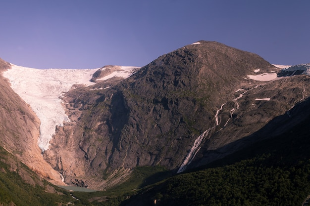 Widok z lodowca briksdalsbreen, jednego z najbardziej dostępnych i najbardziej znanych ramion lodowca jostedalsbreen. briksdalsbreen znajduje się w gminie stryn w hrabstwie sogn og fjordane.