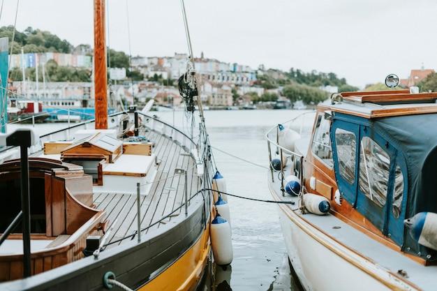 Widok z łodzi w doku