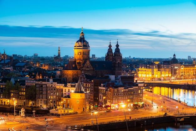 Widok z lotu ptaka amsterdam linia horyzontu w historycznym terenie przy nocą w amsterdam, holandie.
