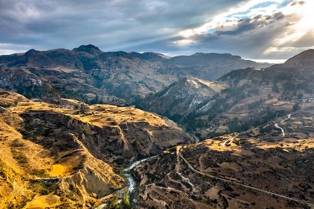 Widok z lotu ptaka andów w junin, peru