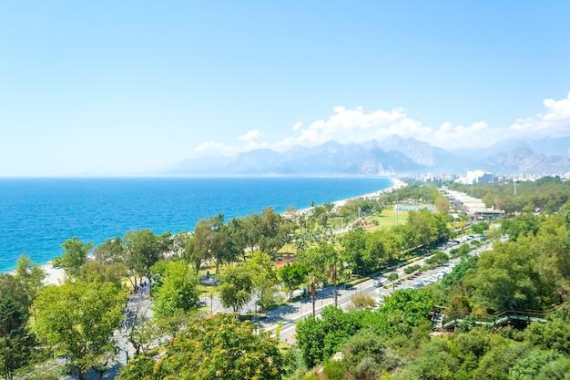 Widok z lotu ptaka antalyi i morza śródziemnego w turcji w letni dzień