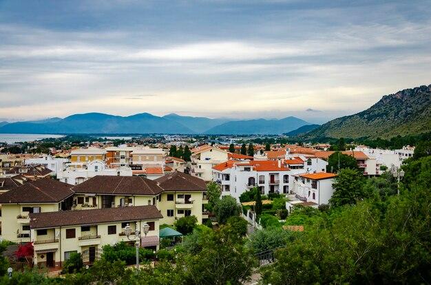 Widok z lotu ptaka bajecznego miasteczka i czerwonych dachów w sperlonga we włoszech.