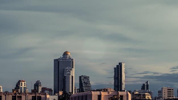 Widok z lotu ptaka bangkok nowoczesne biurowce highrise, kondominium w centrum miasta bangkok z zachodem słońca niebo, bangkok, tajlandia