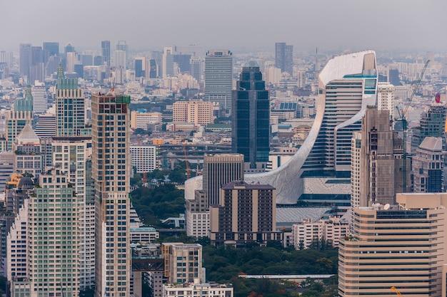 Widok z lotu ptaka bangkok pejzaż miejski przy półmrokiem.